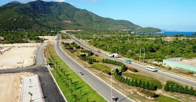 Đường Nguyễn Tất Thành Cam Ranh hiện hữu, có chiều dài lòng đường lên đến 100m