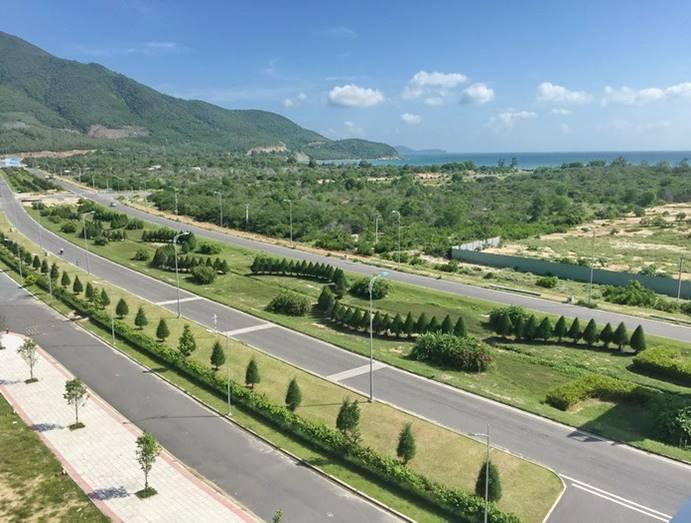 Đại lộ Nguyễn Tất Thành nối liền sân bay quốc tế Cam Ranh với trung tâm Thành Phố Nha Trang, từ sân bay Cam Ranh đến TP Nha Trang bắt buộc phải đi ngan qua dự án Mystery Villas